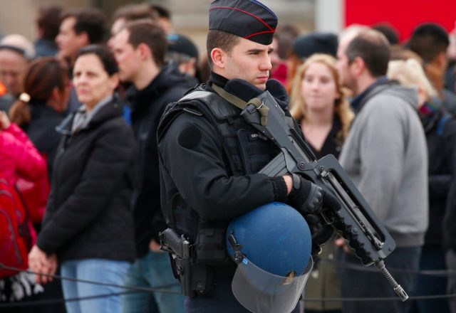 france-french-gendarme-police-soldier-paris-louvre-rush-hour-news